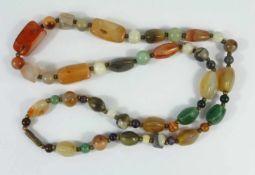 Halbedelsteinkette, vorwiegend Achat, Perlen mit unterschiedl. geschliffenen Formen und Größen,