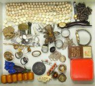 Konvolut Silber- und Modeschmuck, u.a. große, filigrane Blütenbrosche, Paar Blüten-Ohrschrauben, 2