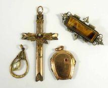 3 Doublé-Anhänger: Hufeisen-Medaillon, Anh. mit Barockperle und Kreuz, dazu Brosche, ue, in Etui3