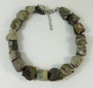 Granitkette, massive, unterschiedlich gemaserte Steine, Einzelverknotung, variable Ketten-L. von