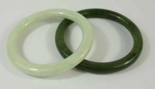 2 Jade- Armreifen, Innen-D.jeweils 6,4cm, 1* Jade grün dunklen Einschlüssen, Gew.41,4g; 1* Jade