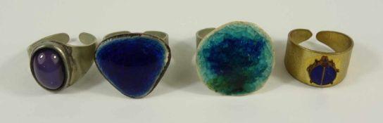 4 Ringe, Modeschmuck, offene Ringe (variable Größe), 2* Keramik, 1* mit emaillierten Marienkäfer, 1*