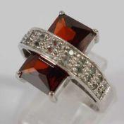 Ring mit rotem Stein und kleinen Peridotsteinen, 925er Silber, Gew.8,75g, facettierter, roter