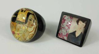 2 Ringe nach Künstler-Motiven, schwarzer Kunststoff, u.a. Gustav Klimt, U.582 rings according to