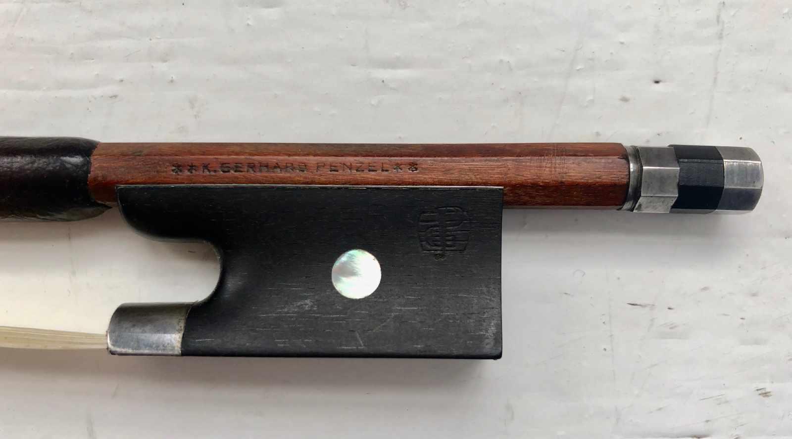 Lot 56 - Violinbogen, deutsch, Gerhard Penzel, Silbermontierung, oktogonale Stange, L.: 74 cm.