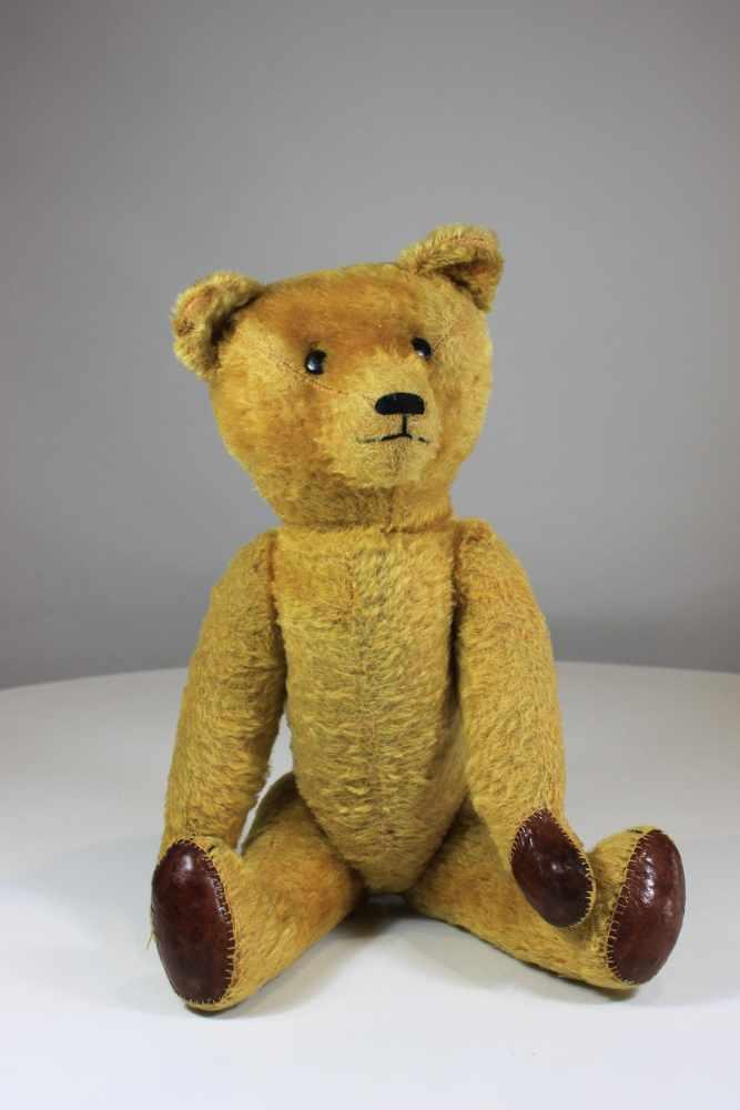 Lot 20 - Teddybär, 1. Hälfte 20. Jh., Gliedmaßen beweglich, bespielt, Maße: 56 x 20 cm.