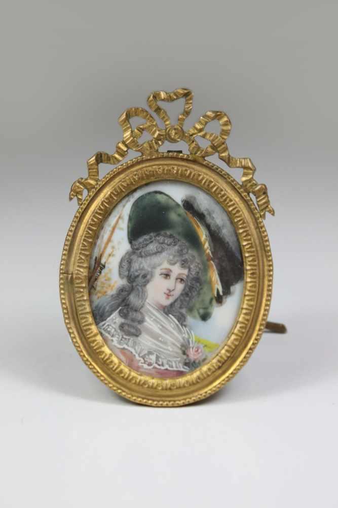 Lot 37 - Miniatur Damenporträt, ovale Lupenmalerei auf Bein, Porträt einer barocken Dame mit grünem Hut, am