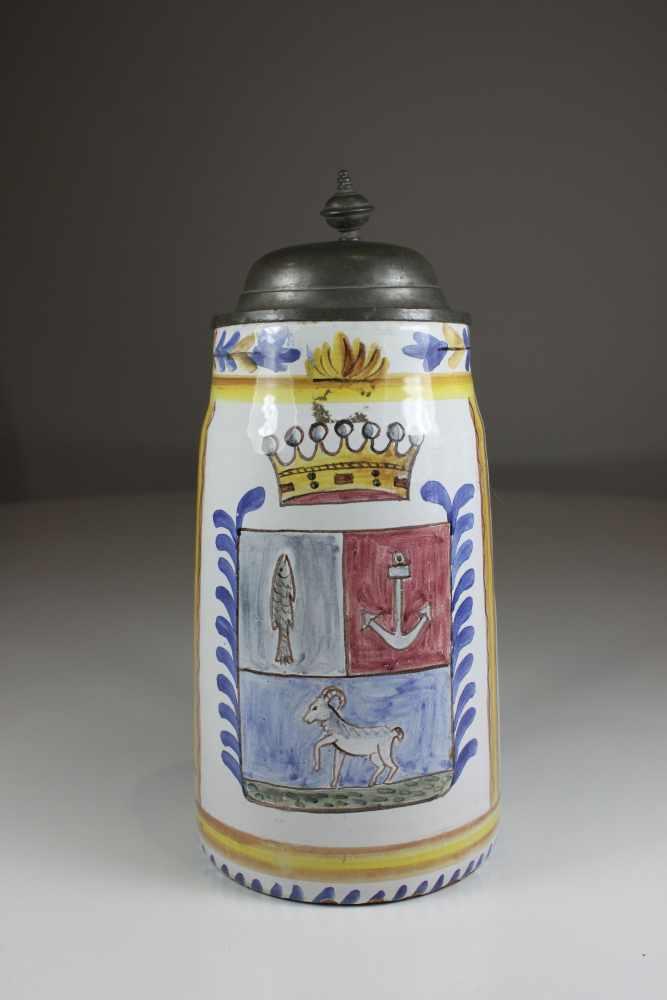 Lot 22 - Humpen, Fayence, Wandung polychrom staffiert mit Krone, Fisch Anker und Steinbock, H.: 25 cm, D.: 11