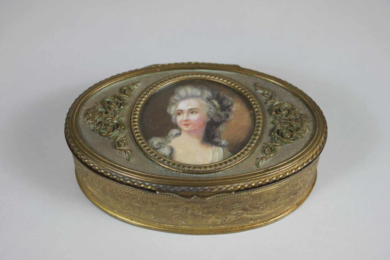 Lot 39 - Ovales Schmuckkästchen mit Miniaturmalerei im Deckel, Kästchen feuervergoldet, florale Verzierungen,