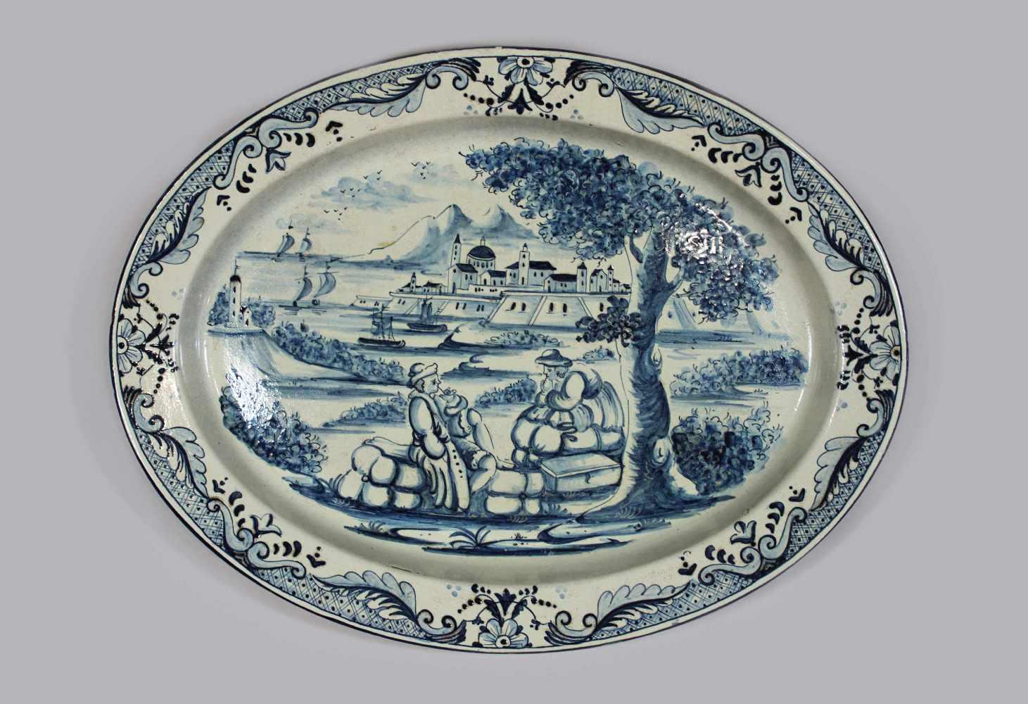 Lot 31 - Große Delfter Platte, nach antikem Vorbild, Die Rast, Darstellung zweier Reisender bei ihrer Rast
