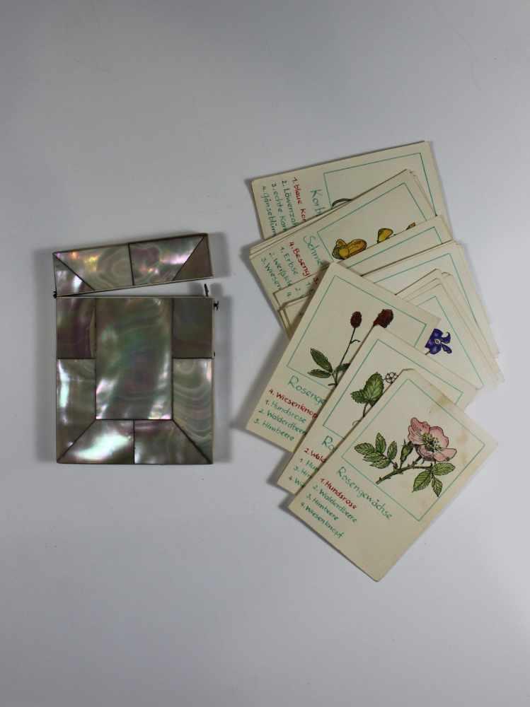 Lot 23 - Kartenetui, Perlmutt, Schließmechanismus aus Metall, min. Chip, Maße: 10 x 7,5 x 1 cm, inlliegend 26