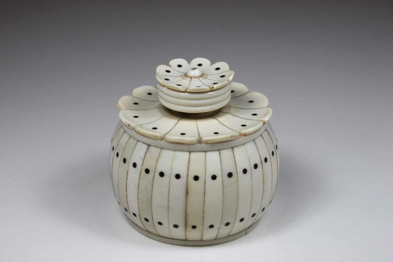 Lot 16 - Dose, Elfenbein, gequetscht kugelige Form, umlaufend Elfenbeinstreifen mit zwei Reihen kleiner