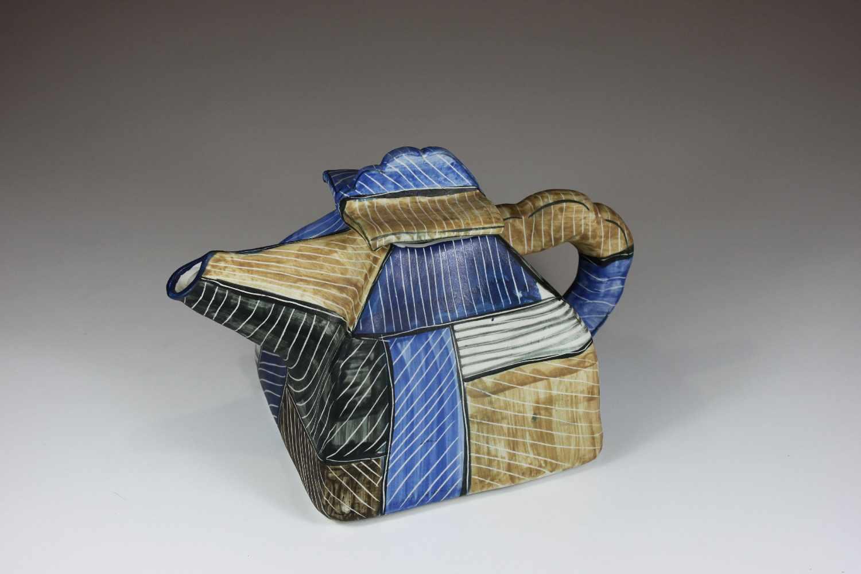 Lot 7 - Teekanne, Keramik, 20. Jh., geometrische Bemalung, auf dieser liniertes Oberflächenmuster, sign.: M.