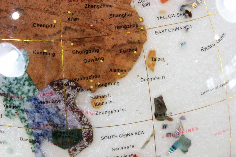 Lot 45 - Globus mit Messingstand, Weltkugel mit Halbedelsteinen, H.: 90 cm, Durchm.: 42 cm.
