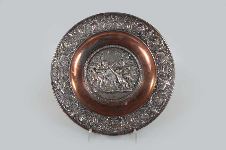 Lot 2 - Reliefteller, 19. Jh., Metallguss, im Spiegel Putti und Satyr mit einer Ziege spielend,
