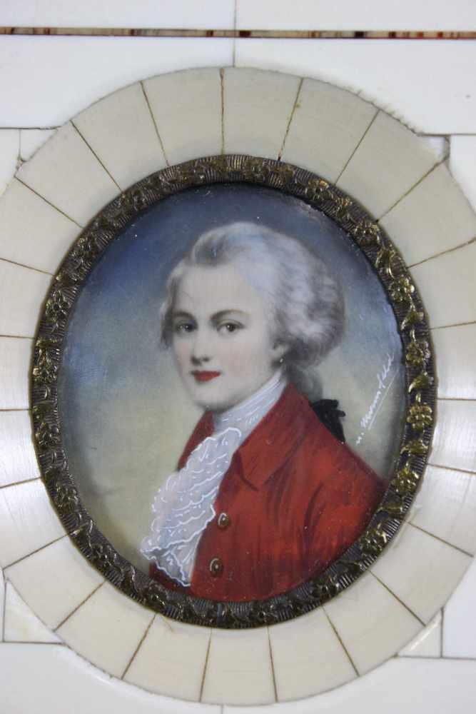 Lot 44 - Miniaturmalerei, Elfenbein, 19. Jh., Portrait Mozart, Maße: 10,5 x 11,5 cm. Dieses Los darf auf
