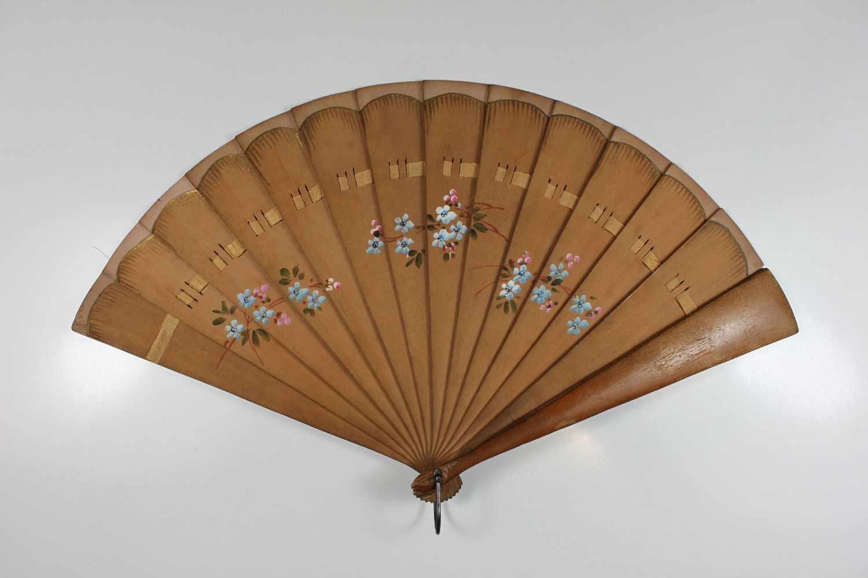 Lot 27 - Fächer, 20. Jh., Holz, floral bemalt und Goldstaffur am obren Rand, rückseitig mit Bleistift