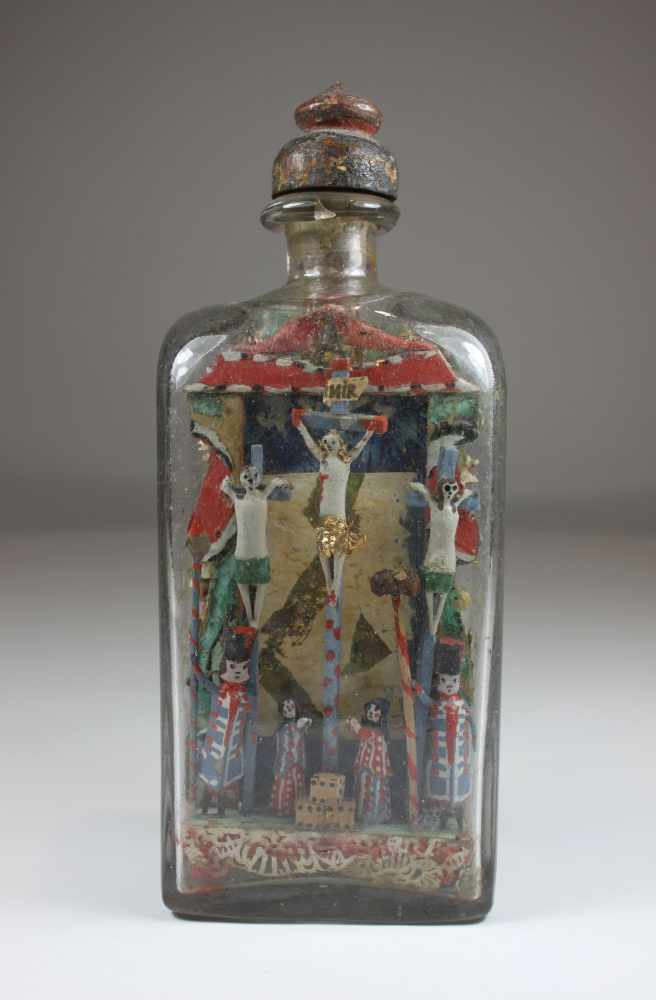 Lot 28 - Glasflasche mit zwei biblischen Szenen, 18. Jh., Reliefdarstellung des Sündenfalls und der