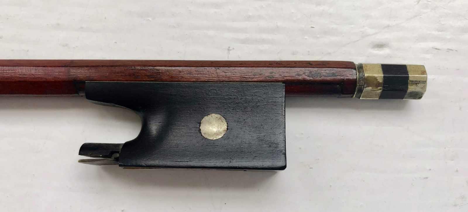 Lot 57 - Violinbogen, Frankreich, Vuillaume- Modell, 19. Jh., ohne Bewicklung und Haare, L.: 74 cm.
