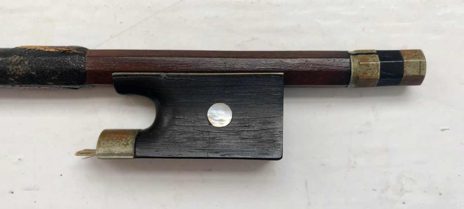 Lot 60 - 1/2 Violinbogen, deutsch, ohne Bewicklung und Haare, L.: 63 cm.