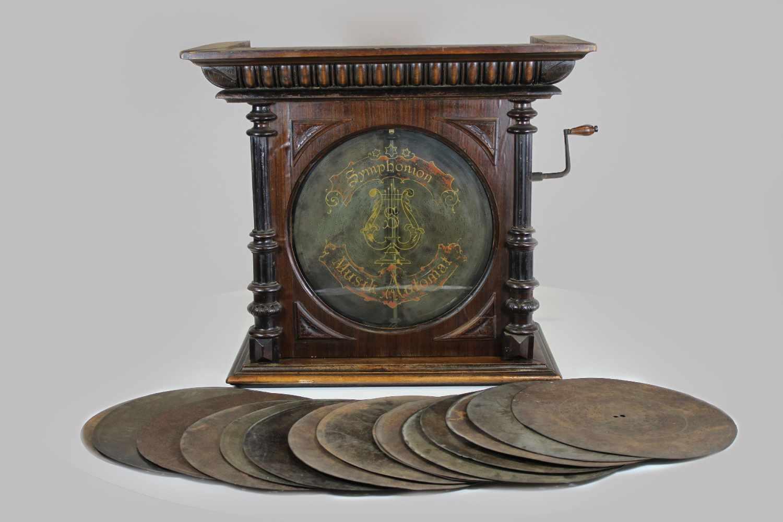 Lot 4 - Spieluhr, Ende 19. Jh., Gründerzeit, mit weiteren 15 Musikplatten zum wechseln, Maße: 57 x 65 x 37