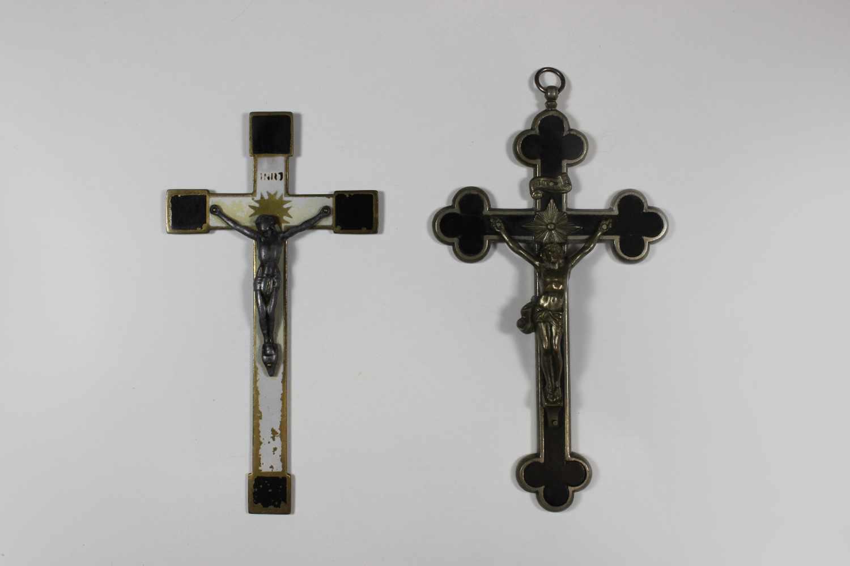 Lot 13 - Zwei Sterbekreuze, Anhänger, Kleeblattkreuz vernickeltes Kruzifix mit Corpus Christi aus Metall
