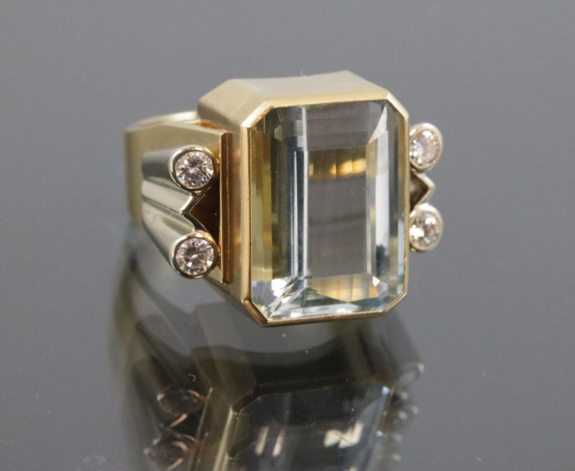 Los 30 - Aquamarin-Brillant-Ring, 750 Gold17,9 Gramm 4 Brillanten, 0,4 ct., tw/vsi. Ringgröße: 60Schätzpreis: