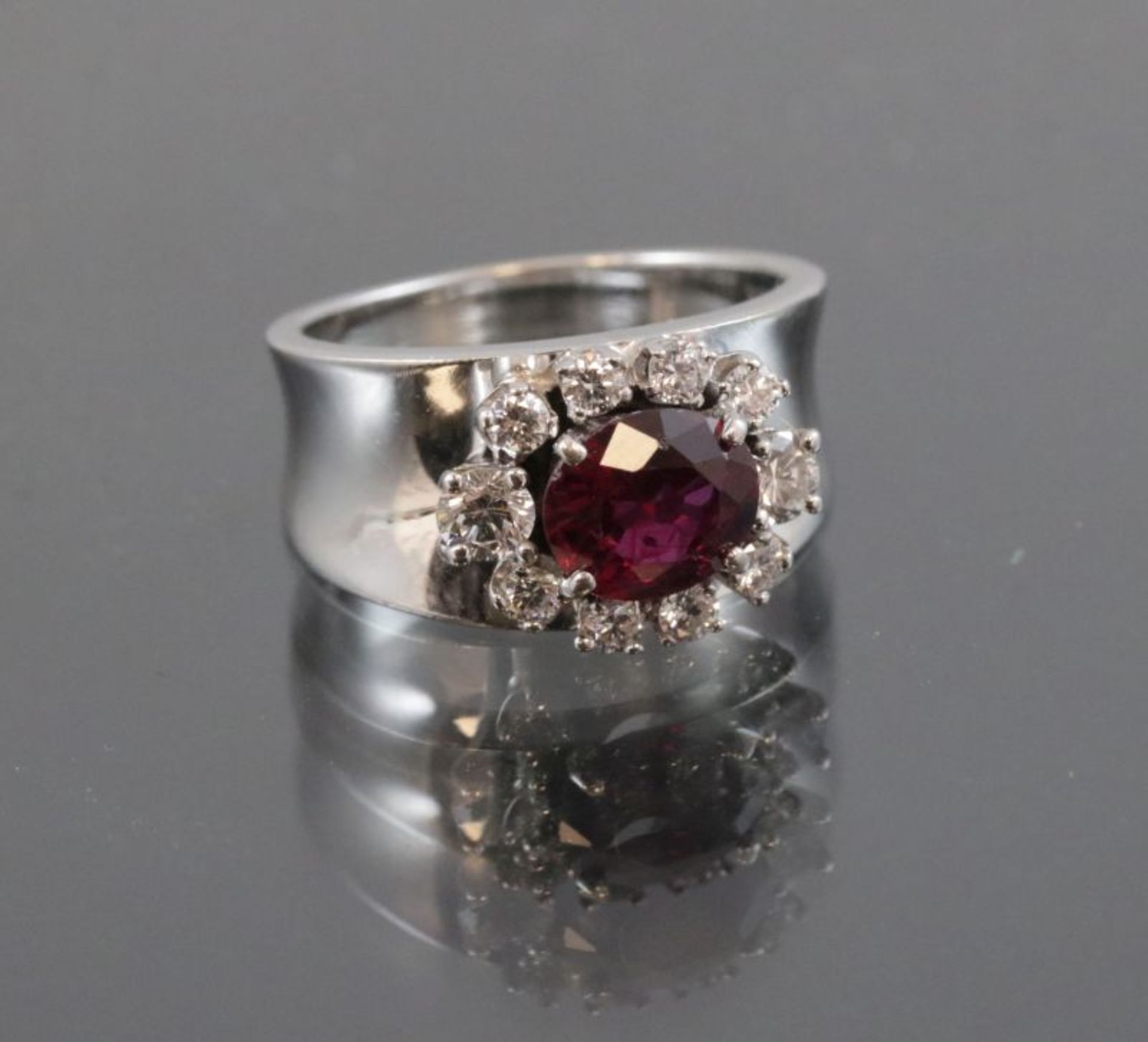 Los 53 - Rubin-Brillant-Ring, 750 Weißgold6,8 Gramm 10 Brillanten, 0,56 ct., Ringgröße: 48Rubin, ca. 1 ct.