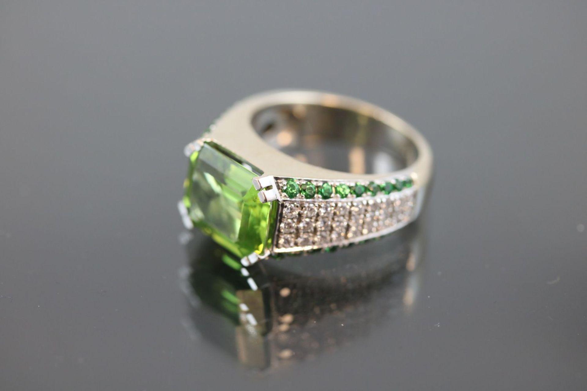Los 19 - Peridot-Brillant-Tsavorit-Ring, 750 Weißgold12,7 Gramm 54 Brillanten, 0,65 ct., tw/vvsi.