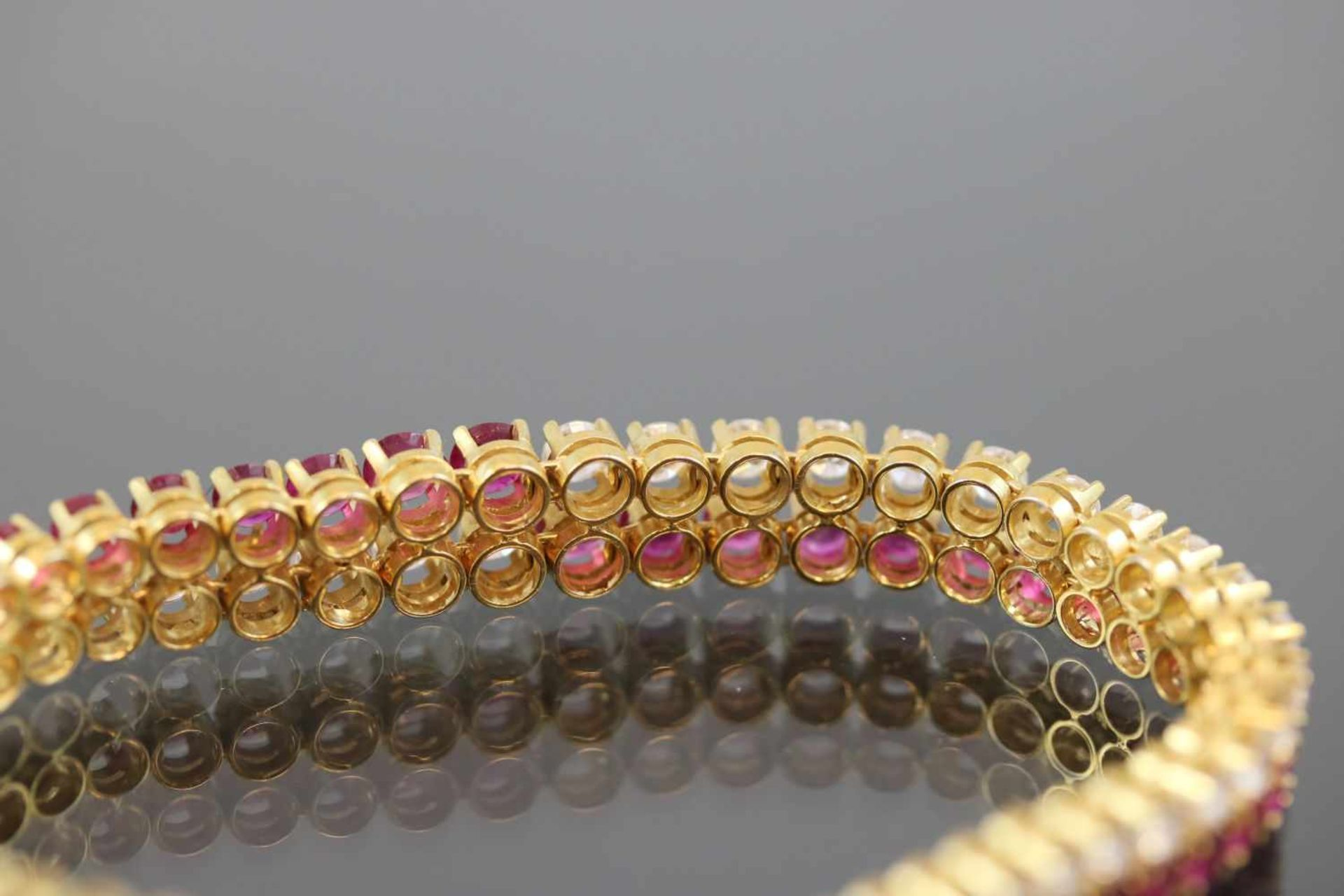 Los 7 - Rubin-Brillant-Armband, 750 Gelbgold25,9 Gramm Brillanten, ca. 5 ct., tw/vsi. Länge: 18 cm