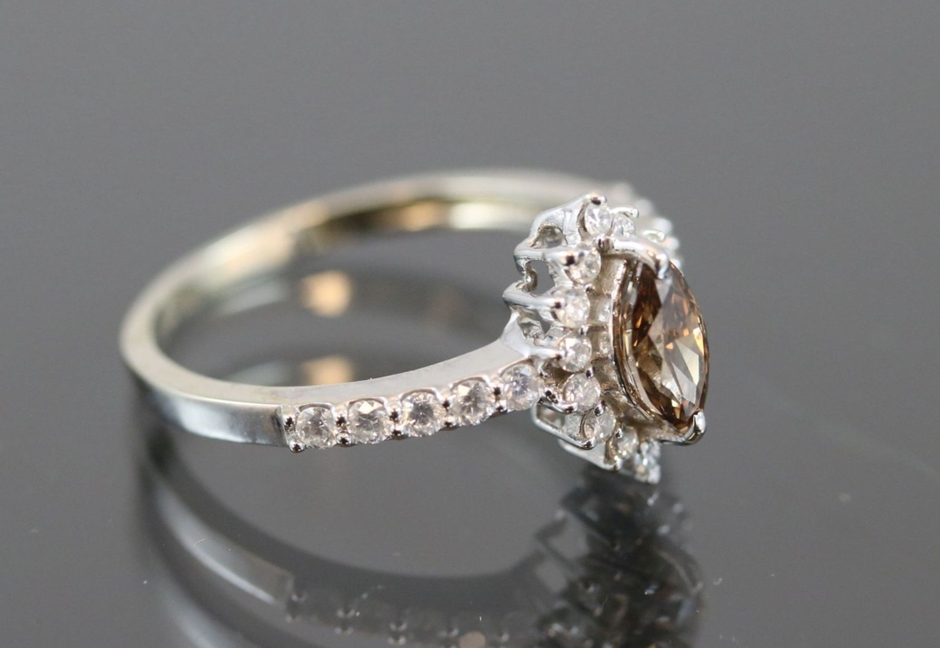 Los 26 - Brillant-Diamant-Ring, 585 Weißgold2,80 Gramm 1 Diamantnavette, ca. 0,40 ct., dark champ./si.