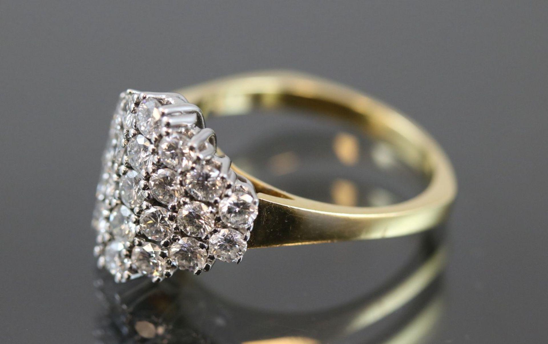 Los 1 - Brillant-Ring, 750 Gold6,7 Gramm 23 Brillanten, 1,75 ct., w/si. Ringgröße: 59Schätzpreis: 3400,-