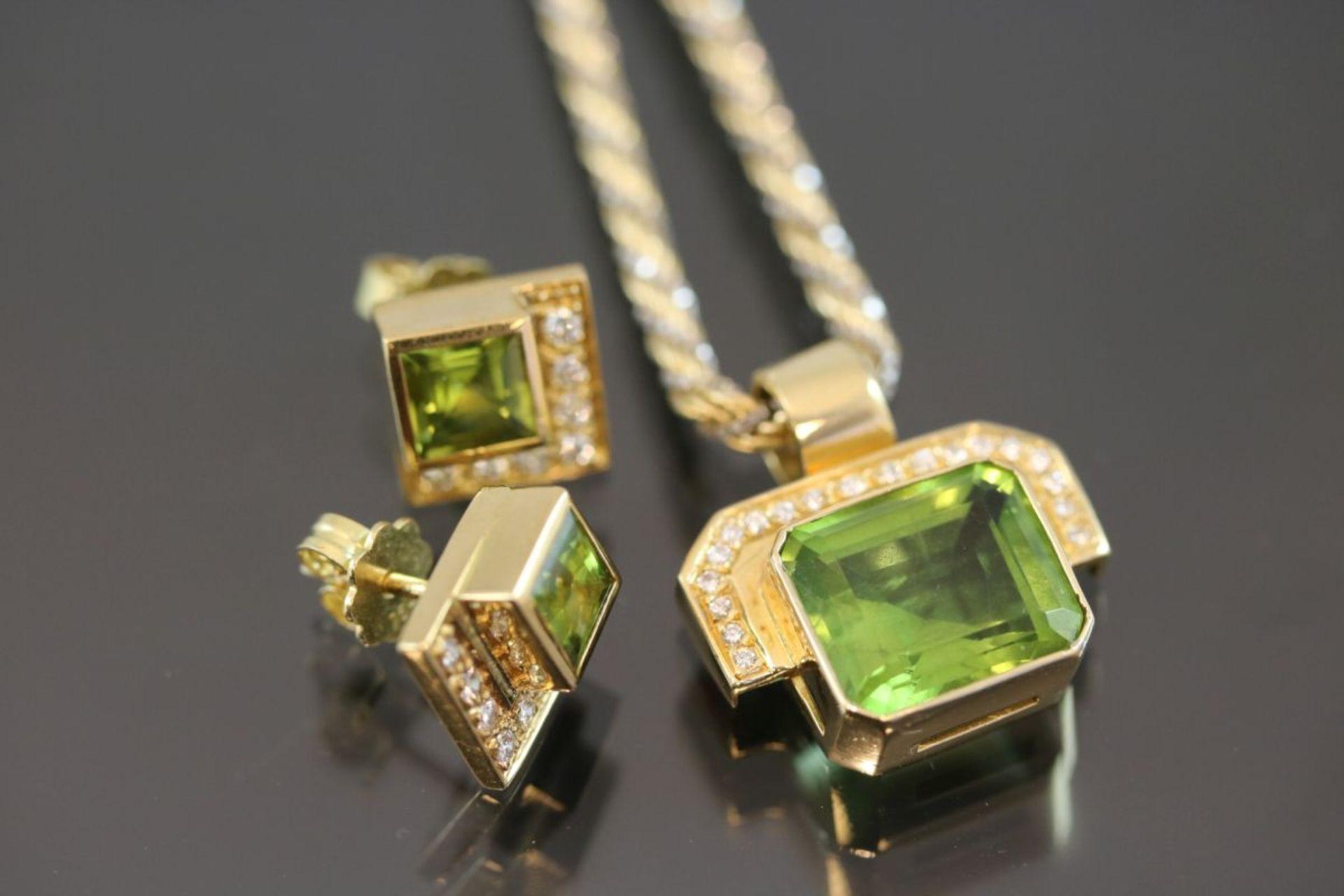 Peridot-Brillant-Set, 750 Gelbgold28,7 Gramm 32 Brillanten, 0,46 ct., tw/vvsi. Schätzpreis: 4000,-
