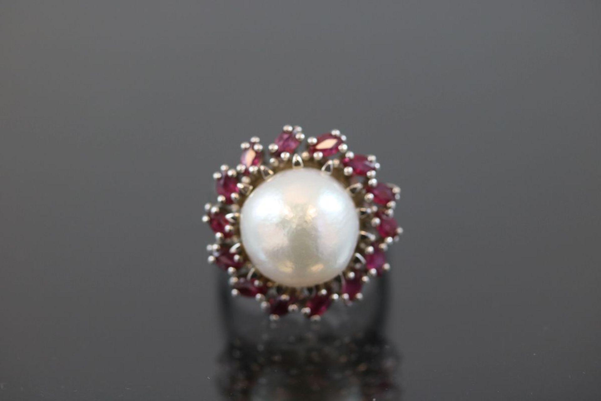 Mabeperl-Rubin-Ring, 585 Weißgold8,75 Gramm 14 Rubine, ca. 1 ct., Ringgröße: 54Schätzpreis: 2200,-