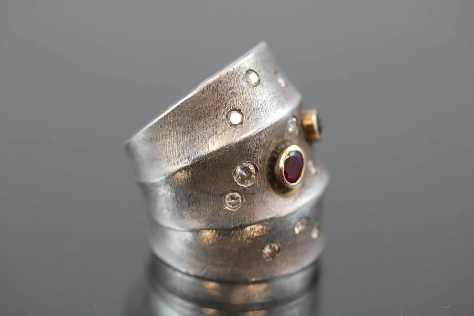Design-Ring, 925 Silber/Gold21,3 Gramm 12 Brillanten, ca. 0,60 ct., w/si. Ringgröße: 582 Rubine. - Bild 3 aus 3