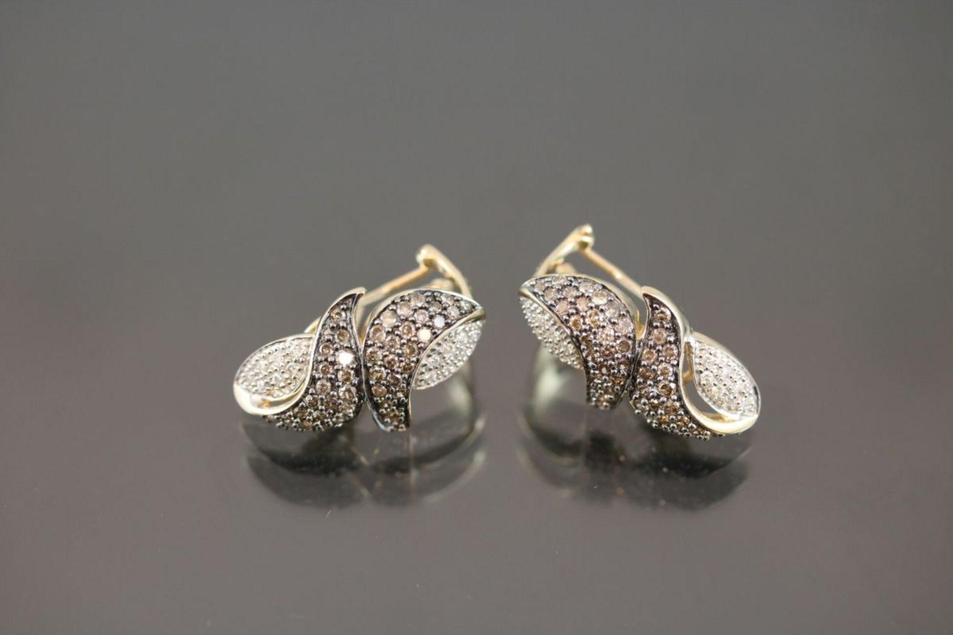 Brillant-Ohrstecker, 585 Gold8,24 Gramm ca. 120 Brillanten, ca. 1 ct., fancy/crystal. Schätzpreis:
