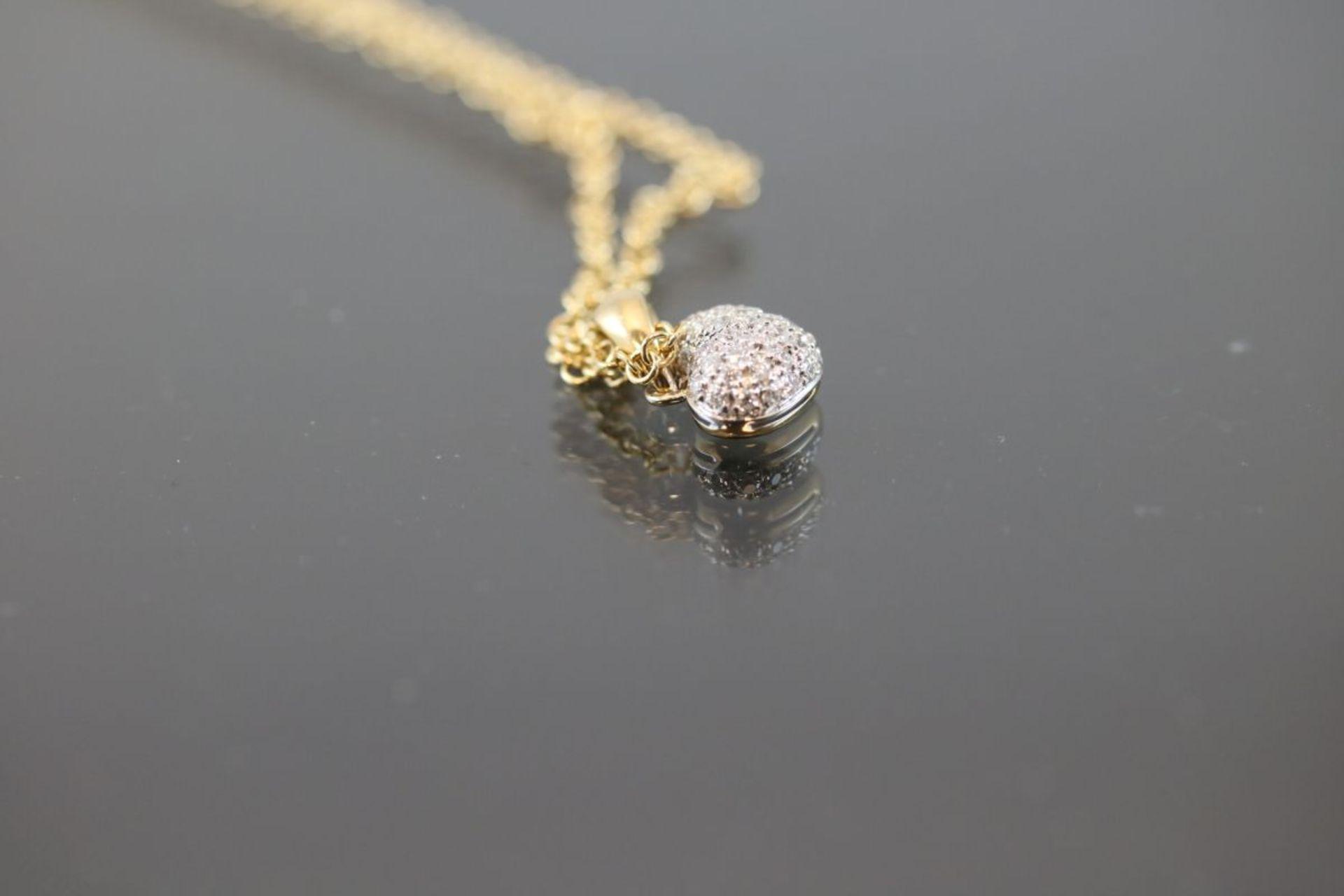 Brillant-Herzanhänger mit Kette, 750 Gold5,2 Gramm Länge: 42 cm Schätzpreis: 2400,-