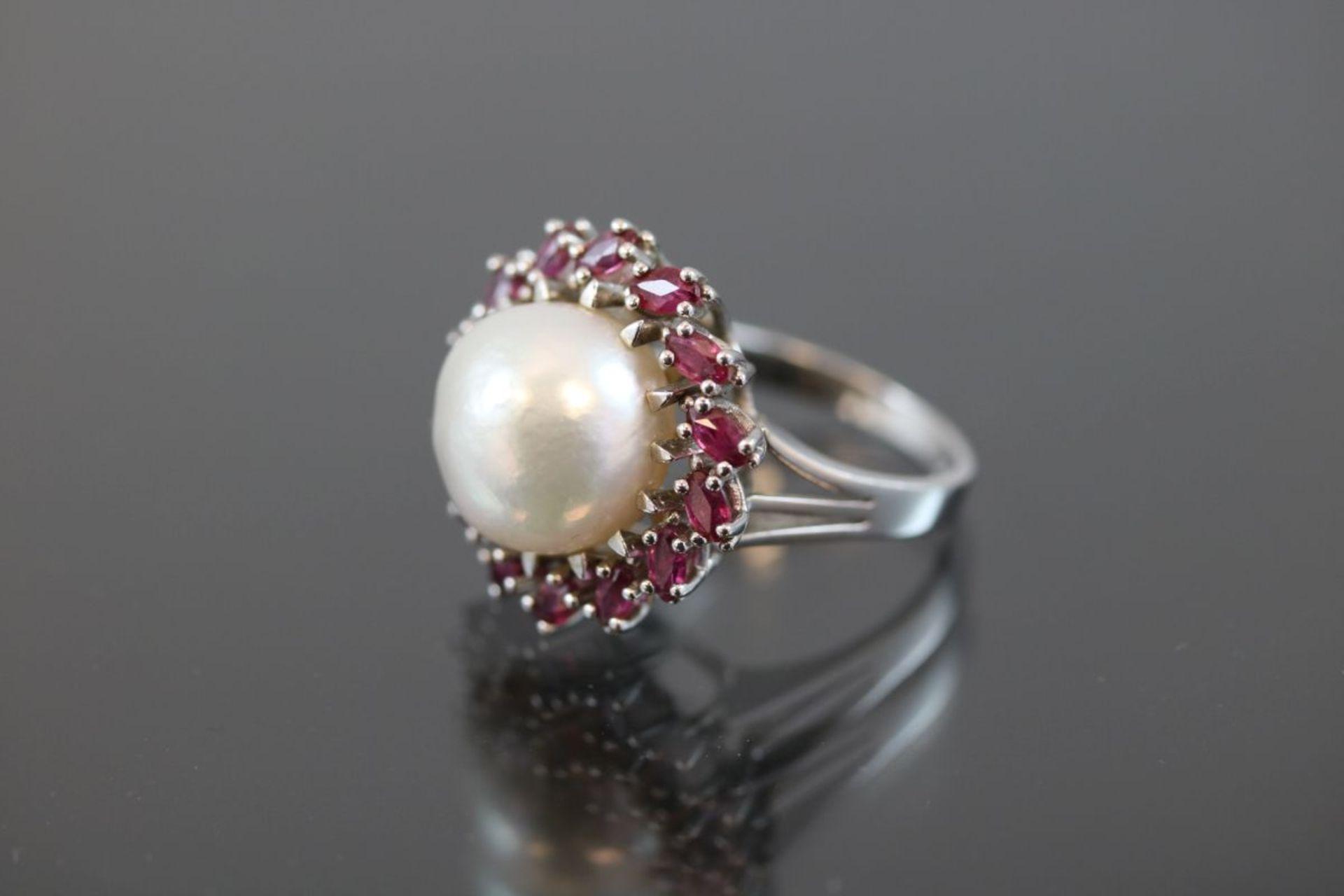 Mabeperl-Rubin-Ring, 585 Weißgold8,75 Gramm 14 Rubine, ca. 1 ct., Ringgröße: 54Schätzpreis: 2200,- - Bild 2 aus 3