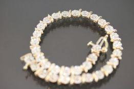 Diamant-Armband, 375 Gelbgold4,8 Gramm 33 Diamanten, ca. 0,60 ct., Länge: 17,5 cm Schätzpreis: 800,-