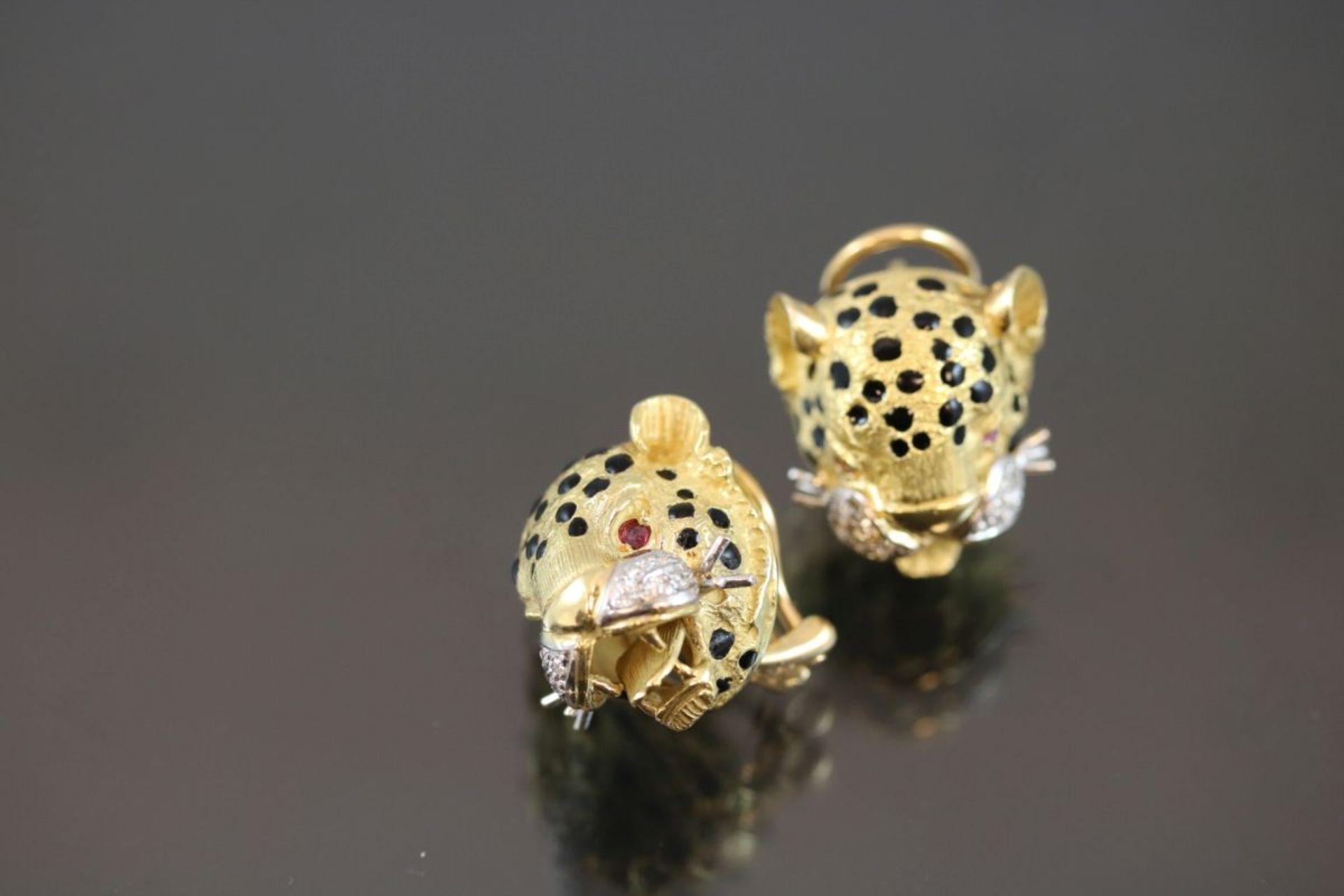 Leoparden-Ohrstecker, 750 Gold25,57 Gramm 20 Brillanten, 0,20 ct., w/p1. Augen sind mit Rubine