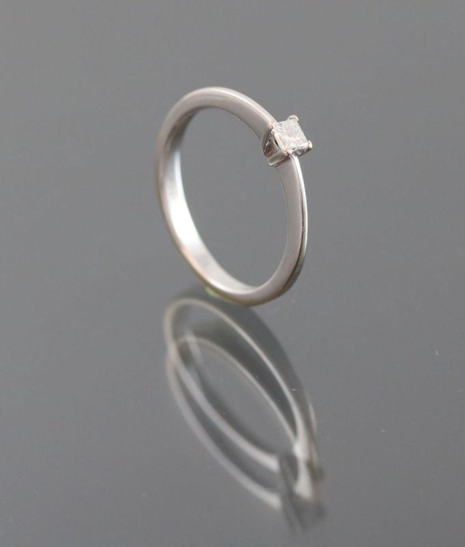 Diamant-Ring, 750 Weißgold2,5 Gramm 1 Diamantcarre, 0,15 ct., Ringgröße: 53,5Schätzpreis: 700,-