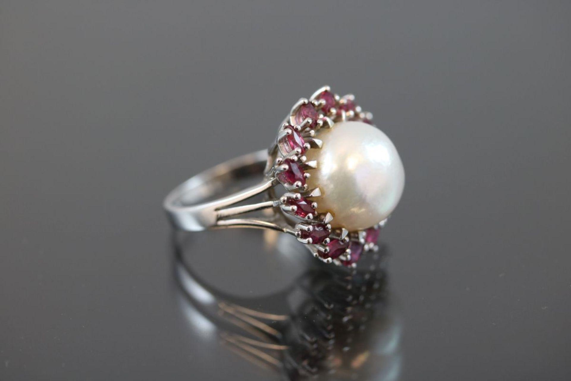 Mabeperl-Rubin-Ring, 585 Weißgold8,75 Gramm 14 Rubine, ca. 1 ct., Ringgröße: 54Schätzpreis: 2200,- - Bild 3 aus 3