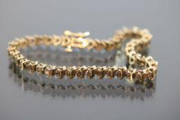 Brillant-Armband, 375 Gold10 Gramm 44 Brillanten, ca. 2,2 ct., fancy/p1. Länge: 18 cm