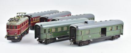 E-Lok 335, Blech, 14V und Wagengarnitur (2 Reisezugwagen 1+2+3Klasse, 1 Gepäckwagen u.2