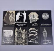 """Konvolut """"Die Schatzkammer"""" 8 Stk., Fayencen, Schönes Glas, Jap.Keramik, Brakteaten,Griech. Vasen,"""