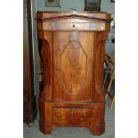 Eckschrank, Eiche mit Nußbaumfurnier, halbrunde Tür, eine untenliegende Schublade, h= 155 cm,