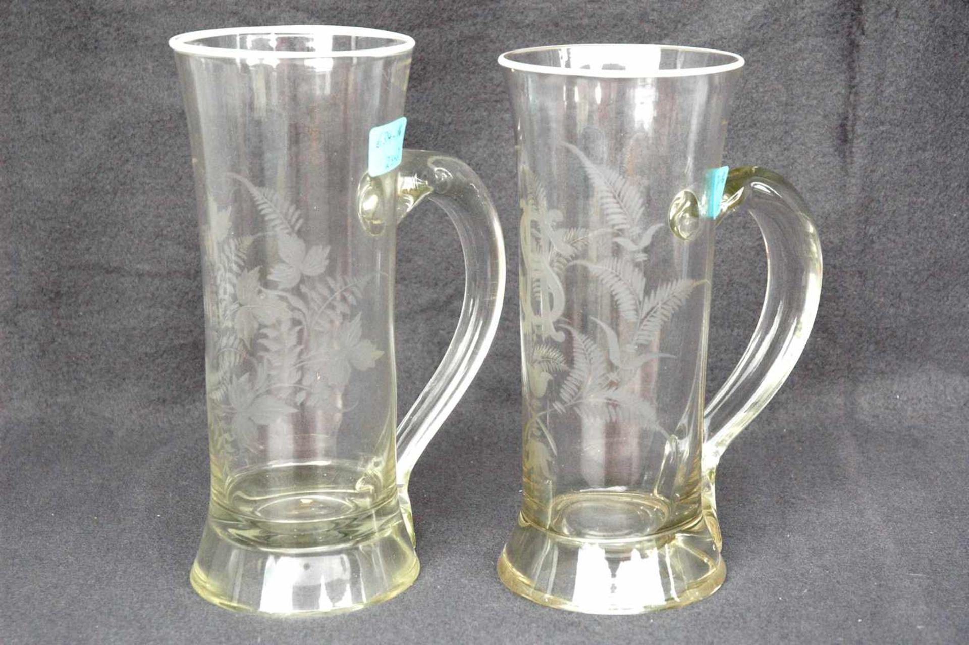 Biedermeier-Glas: zwei Biergläser mit Griffen, geschliffene Blattranken.1= 0,5 l, W. Schulze, h=