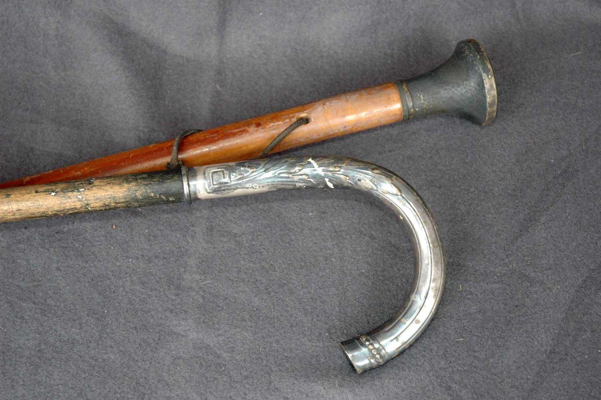 Zwei Spazierstöcke1= 800/- Silber-Knauf, l= 89 cm1= vermutlich versilbert, Ornament, l= 84 cm