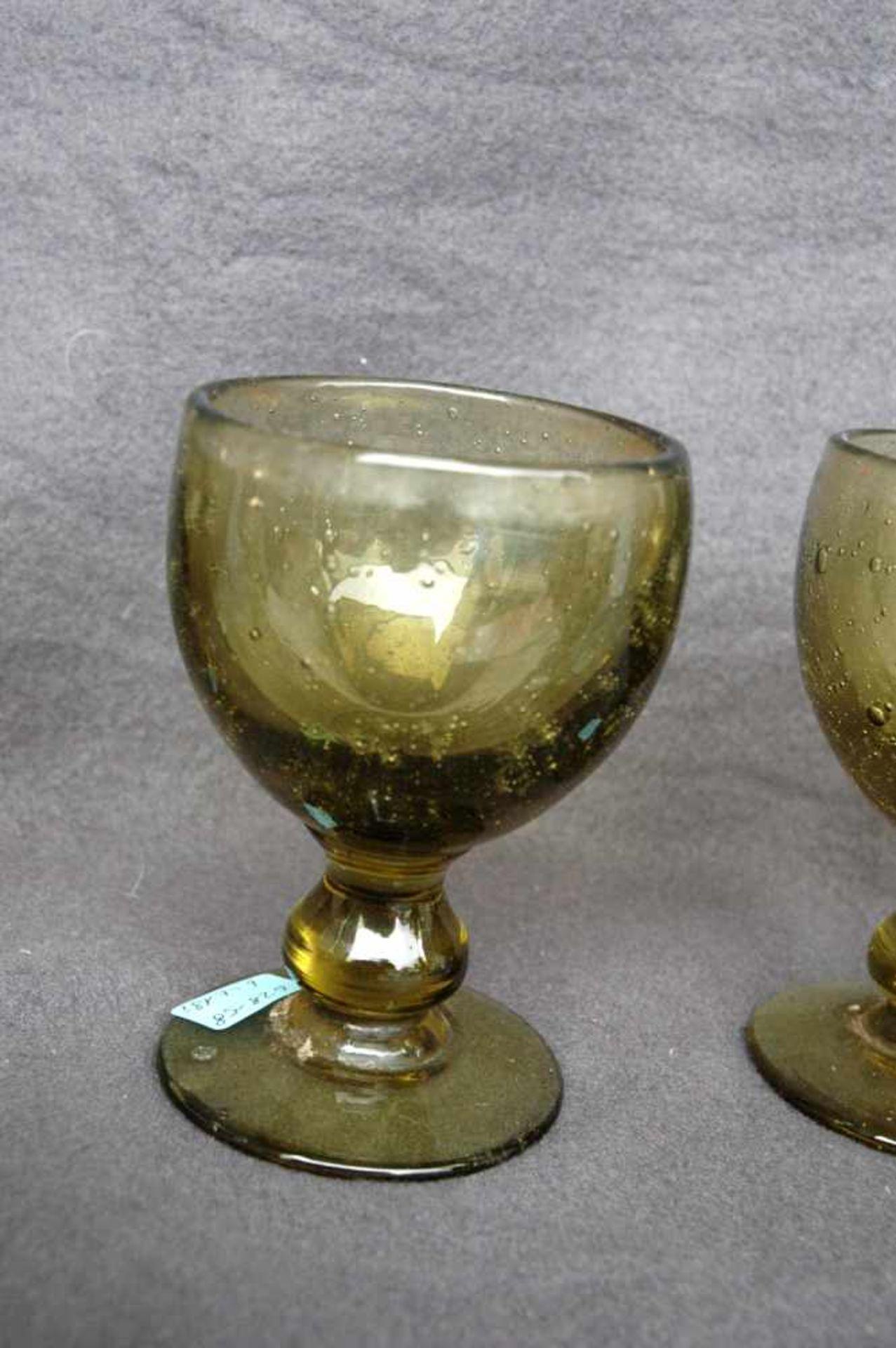 6 Weingläser, gelb-grünliches Glas mit Lufteinschlüssen, Abriß ausgeschliffen - Bild 3 aus 3