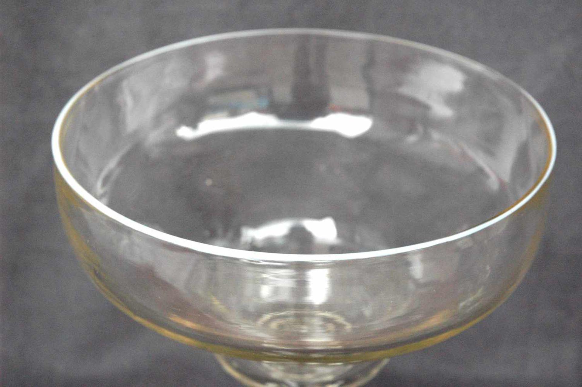 Biedermeier-Glas: Fußschale mit weißem Emaille-Rand,h= 23,5 cm, Dm. Kelch= 18,5 cm - Bild 2 aus 4